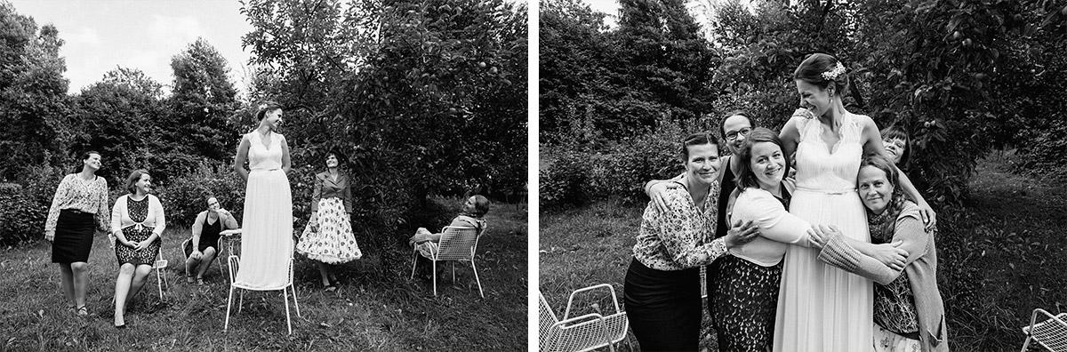 Gruppenfotos von Braut mit weiblichen Gästen im Garten von Schloss Neuhausen bei Vintage-Landhochzeit Brandenburg © Hochzeitsfotograf Berlin www.hochzeitslicht.de