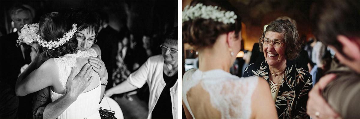 Hochzeitsfotos von Gratulation der Gäste bei Hochzeit im Schloss Neuhausen Brandenburg © Hochzeitsfotograf Berlin www.hochzeitslicht.de