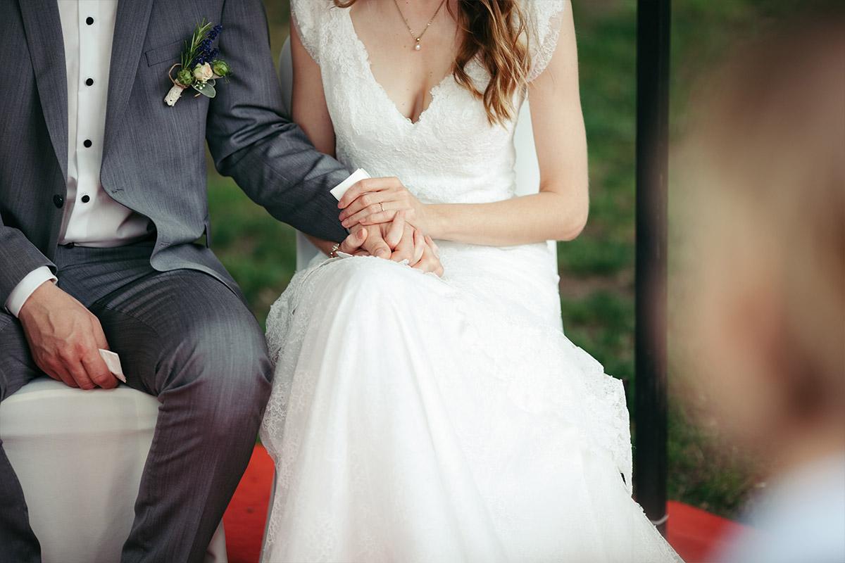 modernes Hochzeitsfoto von Brautpaar bei Landgut Stober Hochzeit © Hochzeitsfotograf Berlin www.hochzeitslicht.de