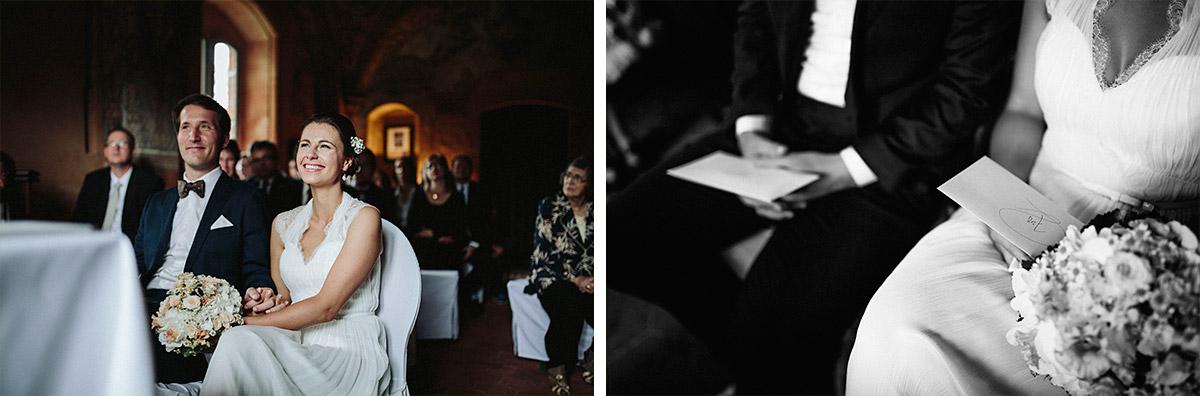Hochzeitsfotos von Brautpaar bei Trauungszeremonie bei Vintage-Hochzeit im Schloss Neuhausen Brandenburg © Hochzeitsfotograf Berlin www.hochzeitslicht.de
