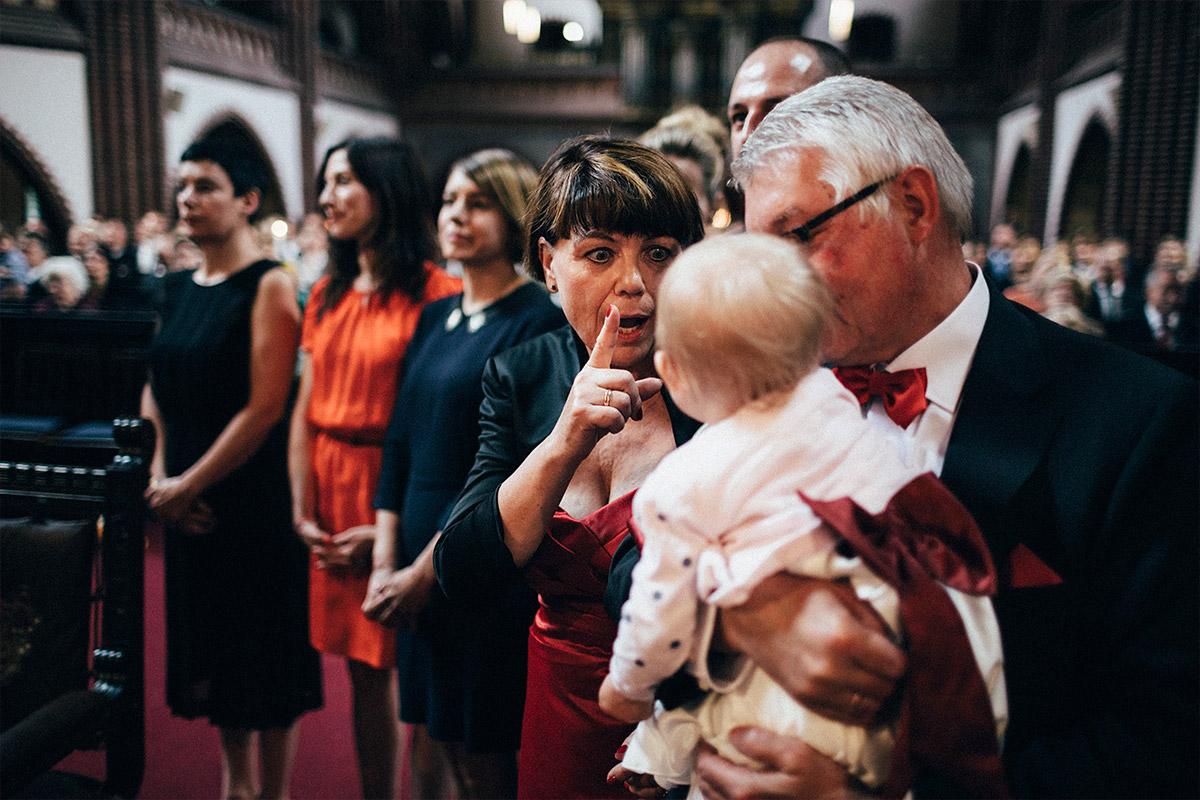 Hochzeitsreportagefoto von Eltern der Braut mit Baby bei Trauung in Erlöserkirche Berlin Lichtenberg © Hochzeit Berlin www.hochzeitslicht.de