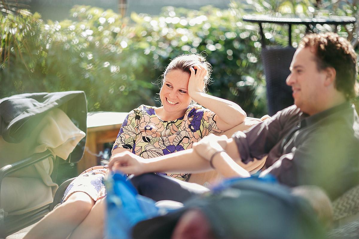 ungestelltes Hochzeitsreportagefoto von entspannter Herbsthochzeit im Haus Tornow am See © Hochzeitsfotograf Berlin www.hochzeitslicht.de