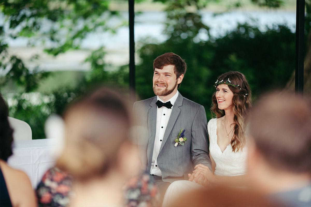 authentisches Hochzeitsreportage-Foto bei Trauungszeremonie auf Landgut Stober Brandenburg © Hochzeitsfotograf Berlin www.hochzeitslicht.de