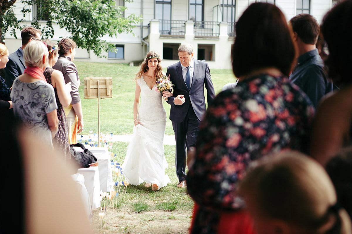 Hochzeitsreportagefoto von Einzung der Braut bei Trauung im Landgut Stober am Groß Behnitzer See © Hochzeitsfotograf Berlin www.hochzeitslicht.de