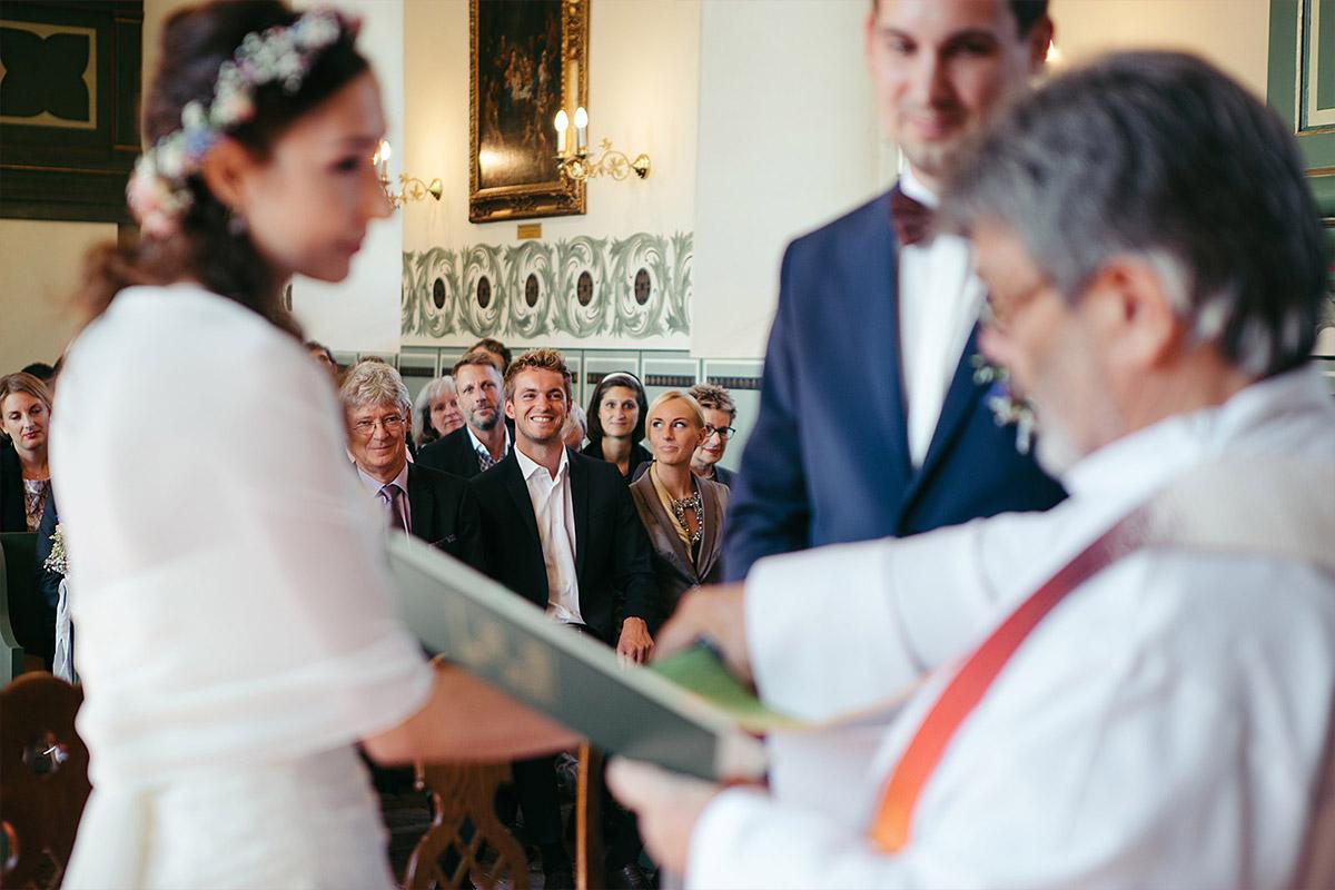 Hochzeitsreportage-Foto von Trauung in Feldsteinkirche Wulkow aufgenommen von professioneller Hochzeitsfotografin bei Haus Tornow Hochzeit © Hochzeitsfotograf Berlin www.hochzeitslicht.de