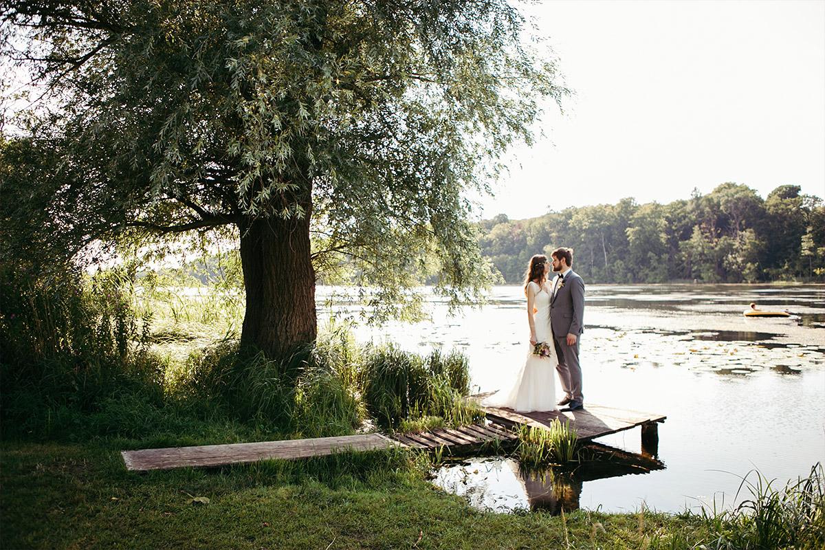 Brautpaarfoto am See bei Landgut-Stober-Hochzeit in Brandenburg © Hochzeitsfotograf Berlin www.hochzeitslicht.de