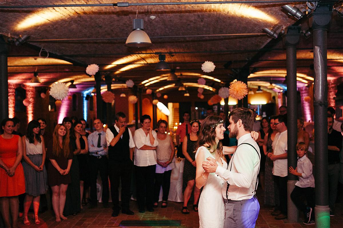 Hochzeitsfoto beim Hochzeitstanz von Brautpaar bei Landgut Stober Hochzeit © Hochzeitsfotograf Berlin www.hochzeitslicht.de