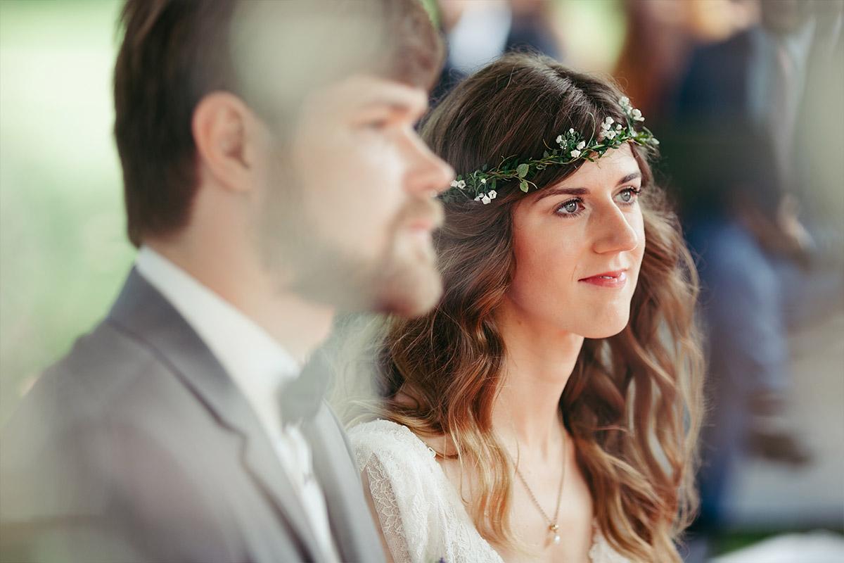 Hochzeitsreportage-Foto von Brautpaar aufgenommen von professionellem Hochzeitsfotograf bei Trauung im Landgut Stober © Hochzeitsfotograf Berlin www.hochzeitslicht.de