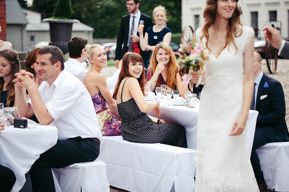 Hochzeitsreportage-Fotos von Gratulation der Gäste nach Trauung auf Landgut Stober Nauen © Hochzeitsfotograf Berlin www.hochzeitslicht.de