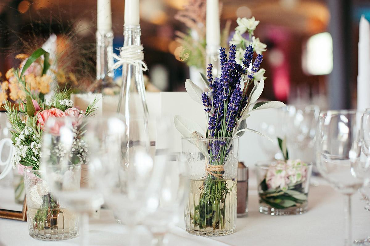 Hochzeitsfoto der Tischdekoration im Vintage-Stil bei Landhochzeit im Landgut Stober © Hochzeitsfotograf Berlin www.hochzeitslicht.de