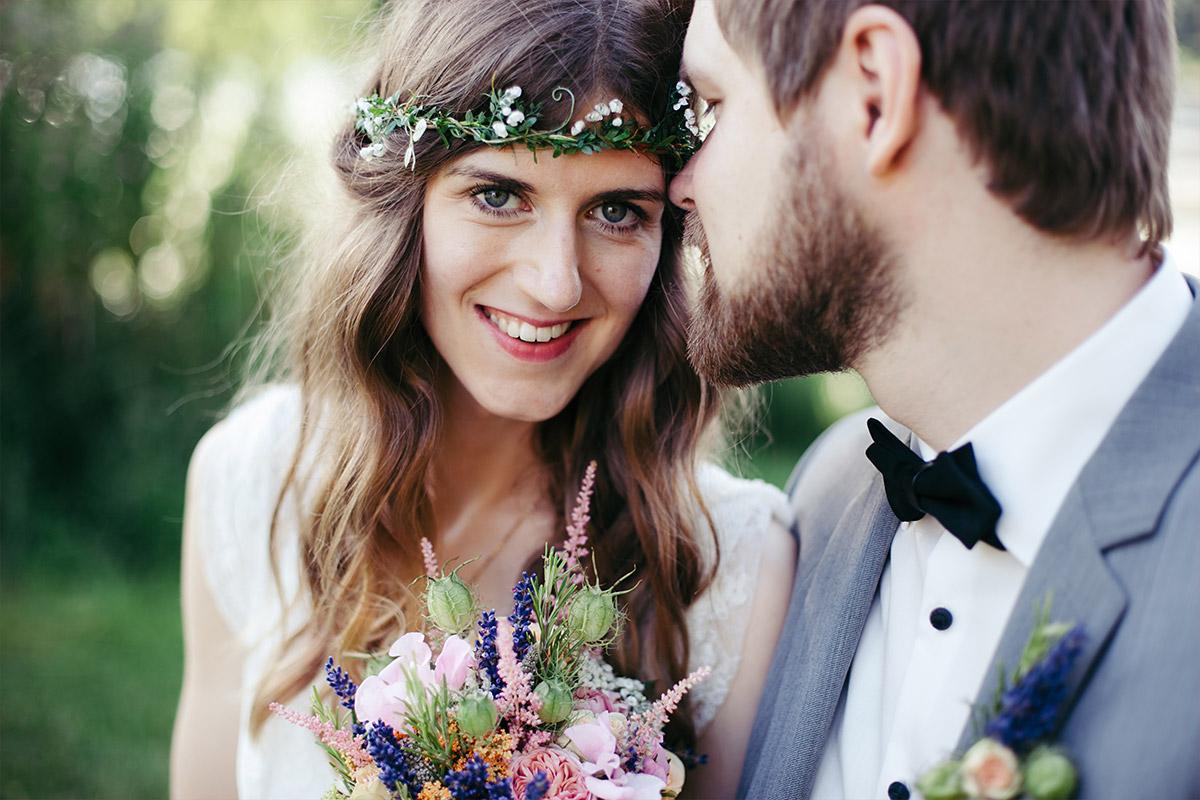 Brautpaarfoto bei Sommerhochzeit im Landgut Stober Brandenburg © Hochzeitsfotograf Berlin www.hochzeitslicht.de