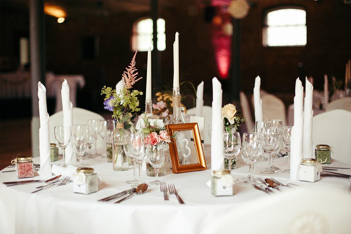 Hochzeitsfotografie von vintage Tischdekoration bei sommerlicher Landhochzeit in Landgut Stober Brandenburg © Hochzeitsfotograf Berlin www.hochzeitslicht.de