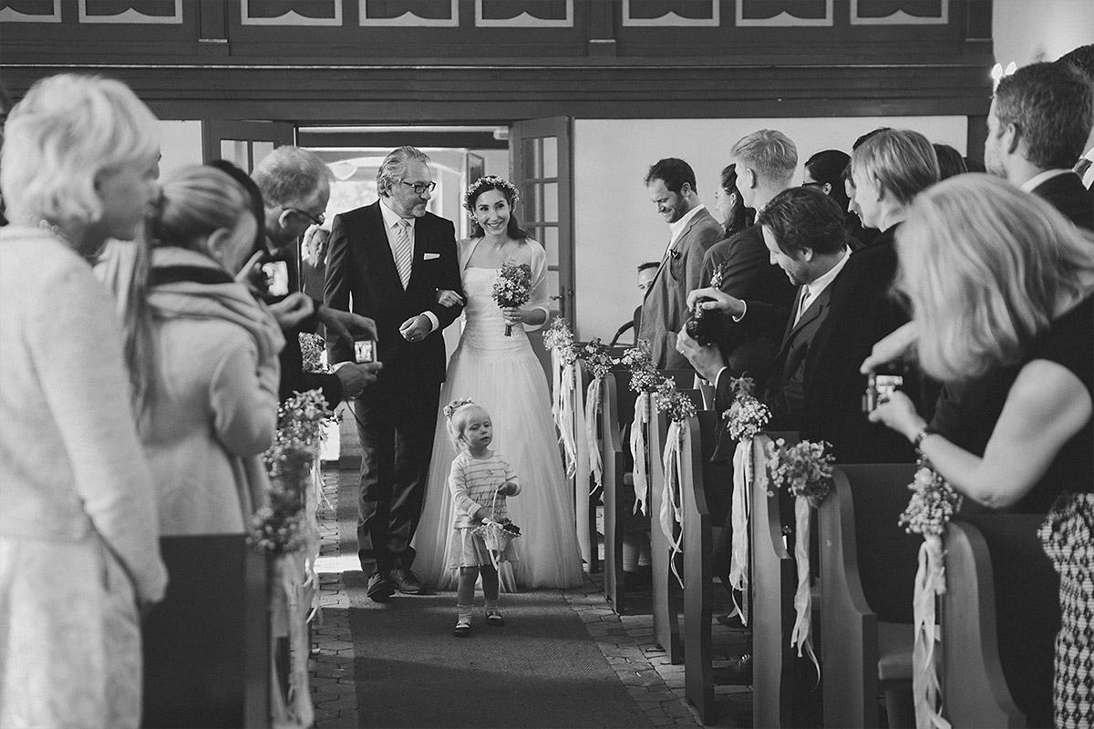 professionelles Hochzeitsfoto aufgenommen von Berliner Hochzeitsfotografin vom Einzug der Braut bei Trauung in Feldsteinkirche Wulkow © Hochzeitsfotograf Berlin www.hochzeitslicht.de