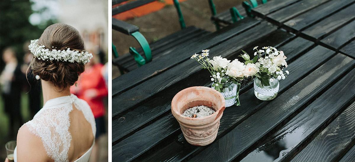 Detailfoto von Blumenschmuck und Haarkranz der Braut bei Regenhochzeit in Schloss Neuhausen Brandenburg © Hochzeitsfotograf Berlin www.hochzeitslicht.de