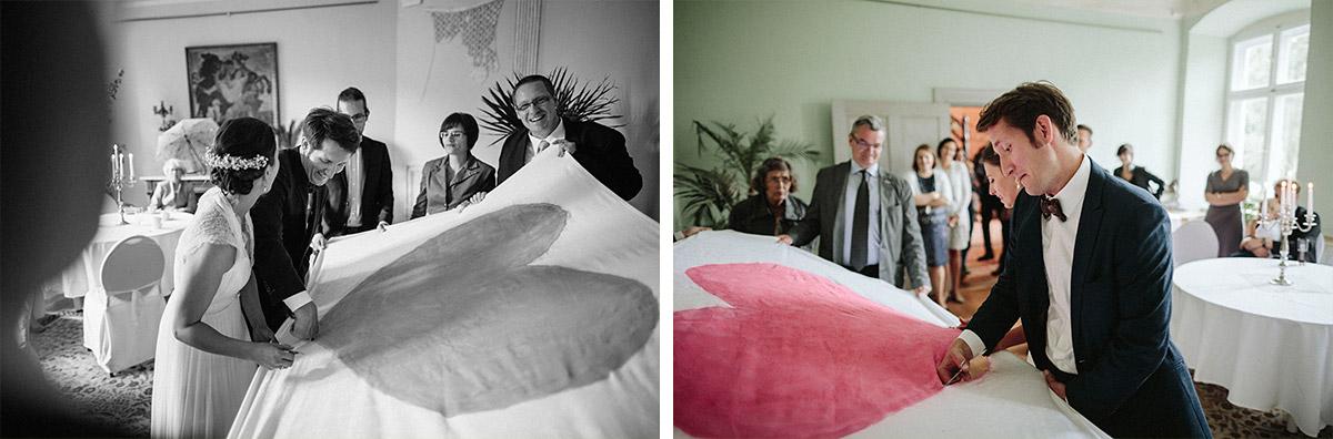 Hochzeitsfotografien vom Zerschneiden Bettlaken bei Schloss Neuhausen Hochzeit Brandenburg © Hochzeitsfotograf Berlin www.hochzeitslicht.de