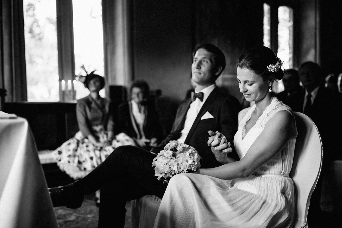 natürliches Hochzeitsfoto von Brautpaar bei Trauungszeremonie während Schloss Neuhausen Hochzeit © Hochzeitsfotograf Berlin www.hochzeitslicht.de