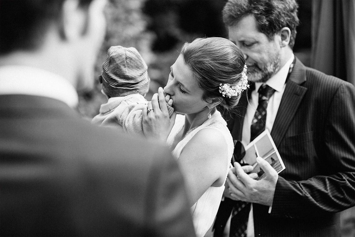 authentische Hochzeitsfotografie von Braut mit Baby bei Hochzeit auf Schloss Neuhausen aufgenommen von Hochzeitsfotograf Berlin © Hochzeitsfotograf Berlin www.hochzeitslicht.de