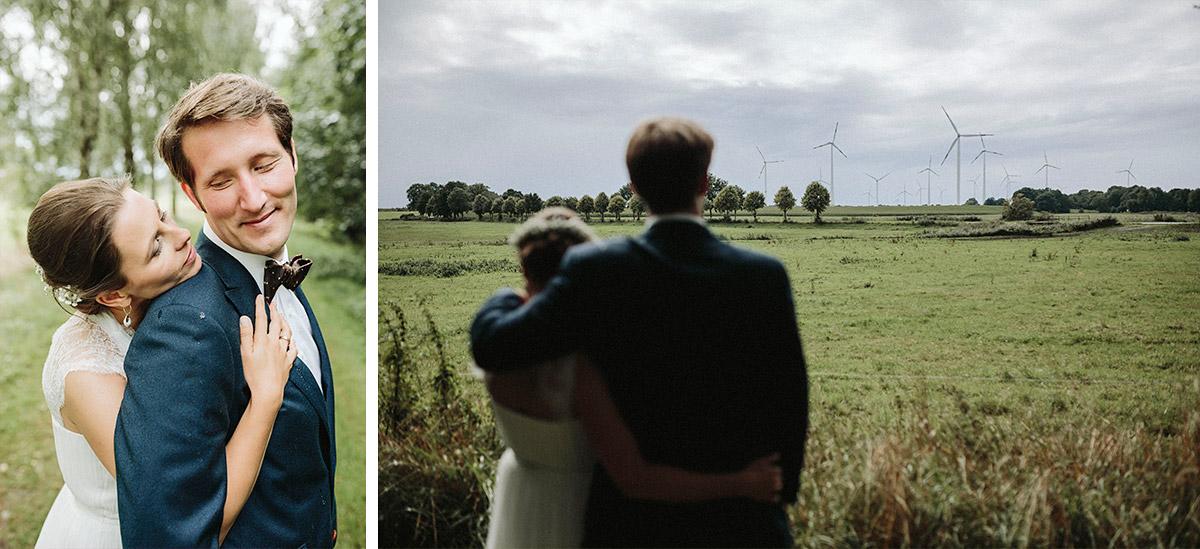 individuelle Hochzeitsfotos von Brautpaar vor Windrädern aufgenommen von professionellem Berliner Hochzeitsfotografen in der Prignitz © Hochzeitsfotograf Berlin www.hochzeitslicht.de