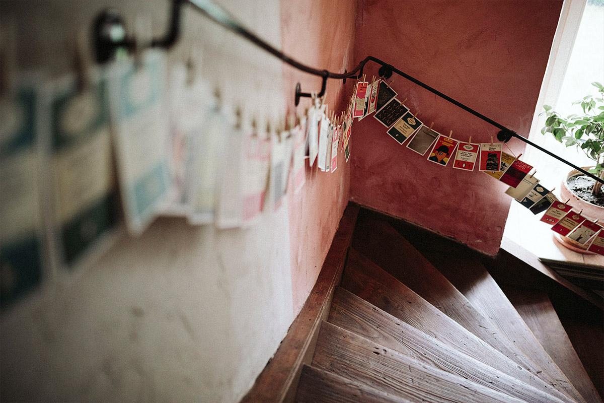 Detailaufnahme von Treppe aufgenommen von professionellem Hochzeitsfotograf bei Schloss Neuhausen Hochzeit Prignitz Brandenburg © Hochzeitsfotograf Berlin www.hochzeitslicht.de