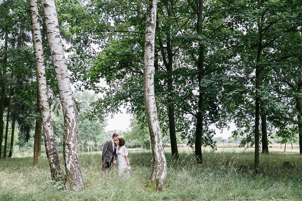 romantisches Hochzeitsfoto von Brautpaar bei Sommerhochzeit im Seehaus von Schloss und Gut Liebenberg © Hochzeitsfotograf Berlin www.hochzeitslicht.de