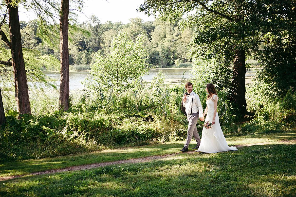 Hochzeitsfoto von Brautpaar aufgenommen am Groß Behnitzer See bei Sommerhochzeit auf dem Landgut Stober Brandenburg © Hochzeitsfotograf Berlin www.hochzeitslicht.de