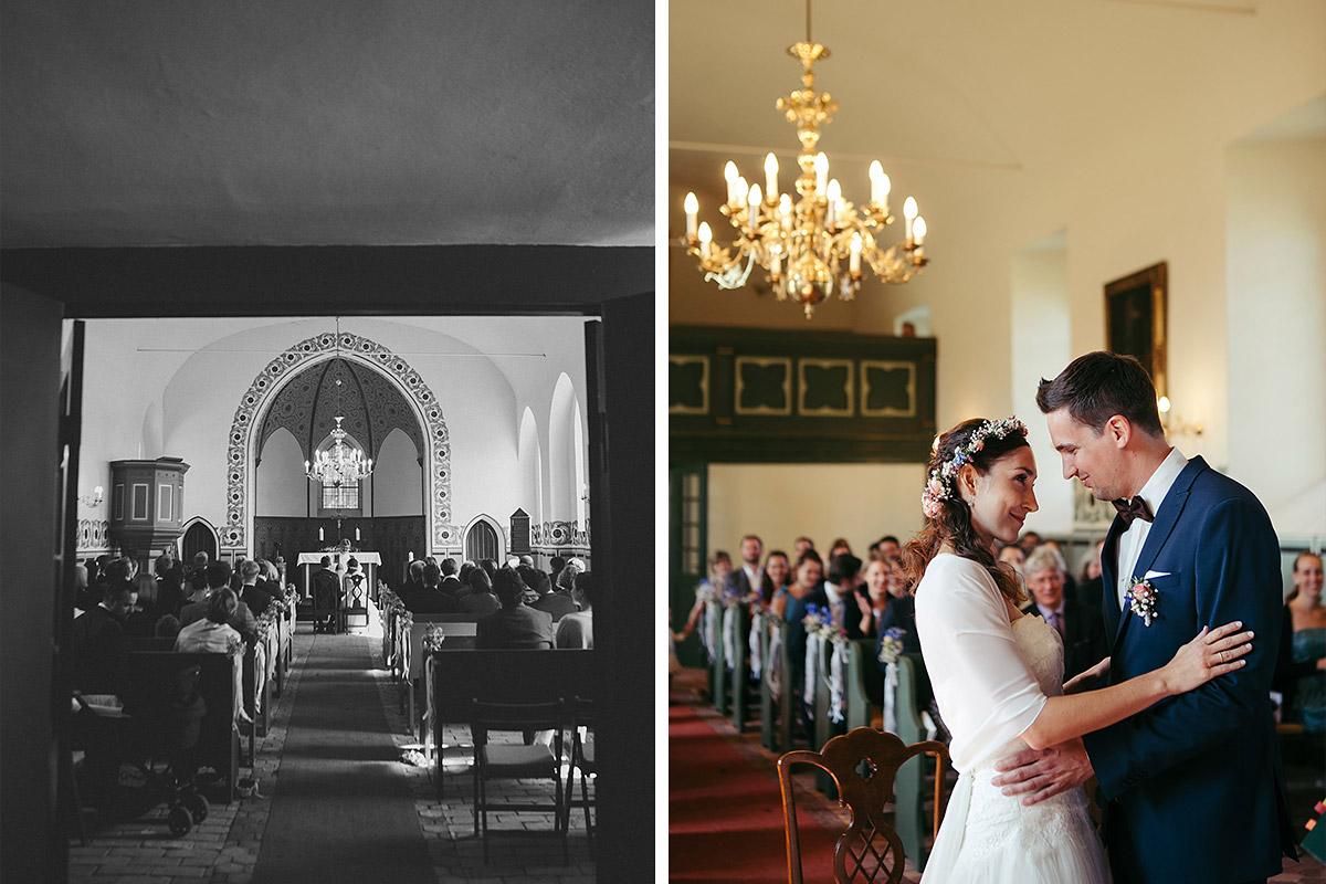 Hochzeitsfotos von Trauungszeremonie in Feldsteinkirche Wulkow bei Vintage-Hochzeit im Haus Tornow am See © Hochzeitsfotograf Berlin www.hochzeitslicht.de