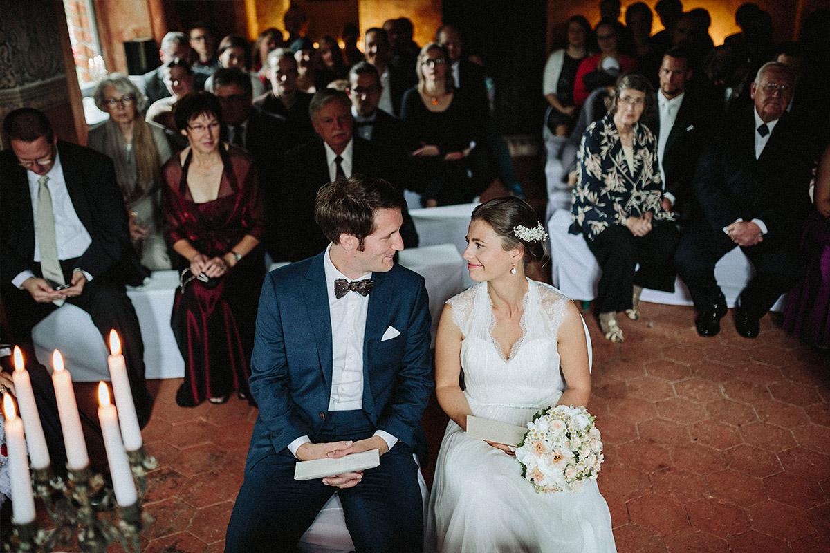 Hochzeitsreportagefoto bei Trauung während Vintage-Hochzeit im Schloss Neuhausen Prignitz © Hochzeitsfotograf Berlin www.hochzeitslicht.de